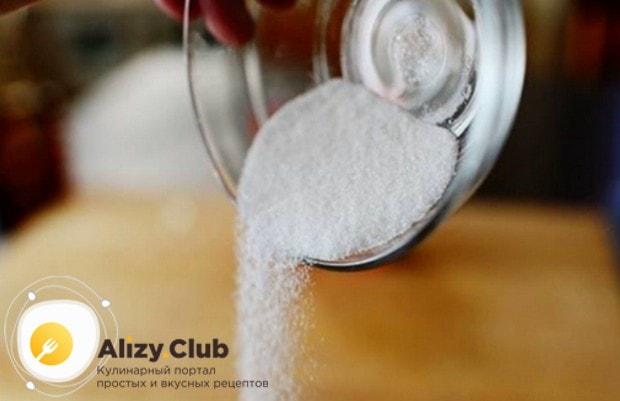 В смесь муки и сметаны добавляем сахар, перемешиваем.