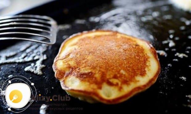 Жарим блинчики на хорошо разогретой сковороде с растительным маслом.