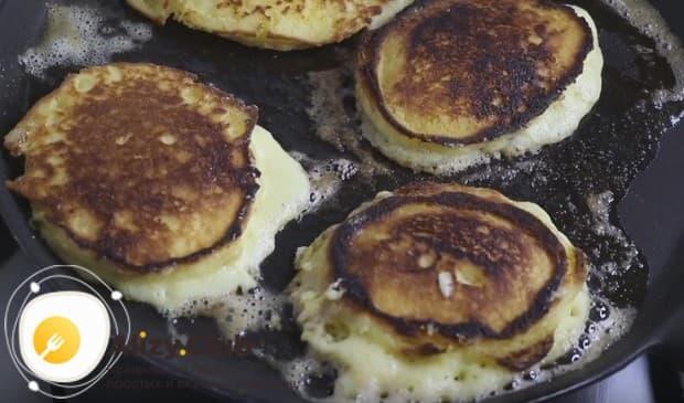 Обжариваем оладьи со сметаной и кукурузной мукой с обеих сторон на сковороде со сливочным маслом.