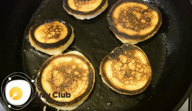 Обжариваем блинчики с обеих сторон на сковороде с растительным маслом.