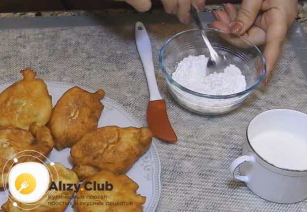 Приготовим для блюда простую поливку на основе сахарной пудры и молока.