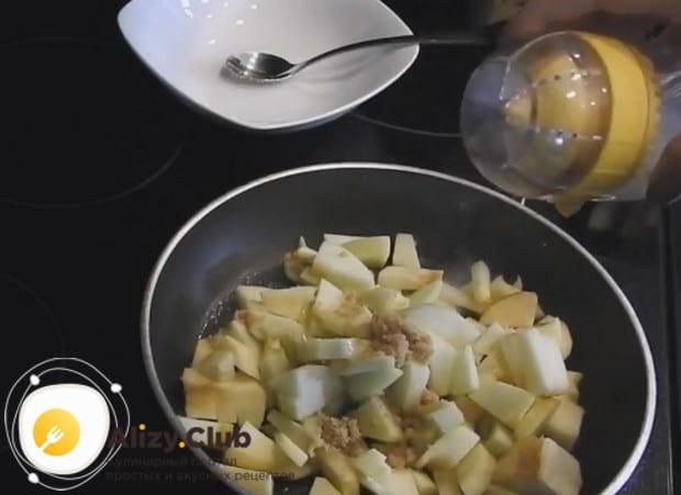 Добавляем к яблокам на сковороде сахар, лимонный сок и сидр и перемешиваем.