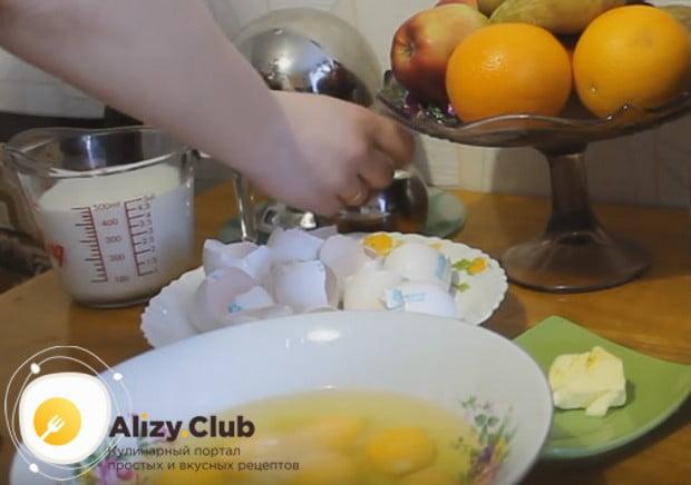 В миску выбиваем яйца.
