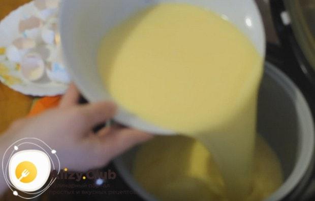 Выливаем получившуюся массу в смазанную маслом чашу мультиварки.