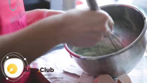 Смешиваете шпинат с яичной массой