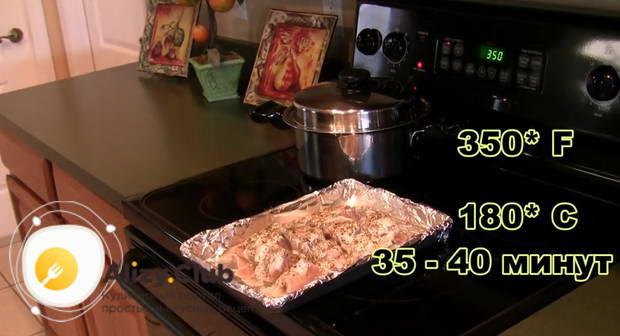Отправляем осетрину в духовку и запекаем 40 минут