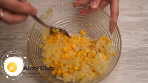 По рецепту для приготовления свинины с ананасами. приготовьте начинку