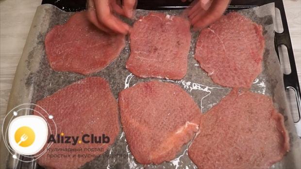 По рецепту для приготовления свинины с ананасами. выложите мясо на противень