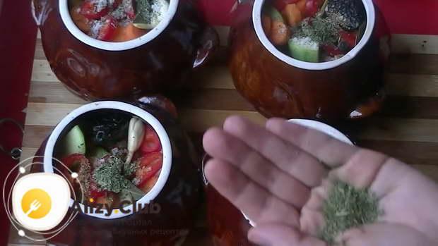 добавить в каждый горшочек по щепотке соли и по щепотке сушеных трав