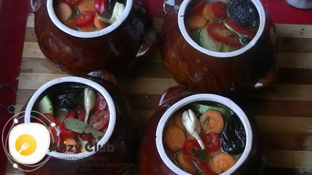 Налить в каждый горшочек воды так, чтобы она смогла покрыть наши овощи