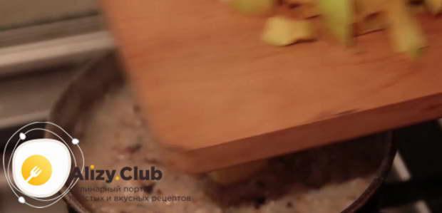 Видео рецепта овсяной каши на воде с яблоком
