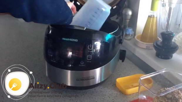Выкладываем овсяную кашу в чашу устройства
