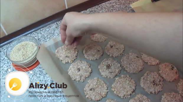 Посыпаем каждое печенье семенами кунжута