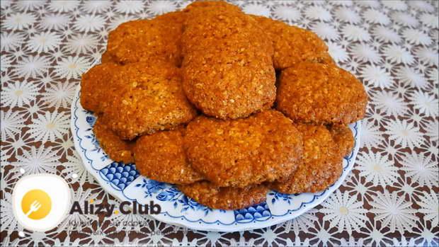 Достаем печенье из противня еще горячим, чтобы меньше крошилось