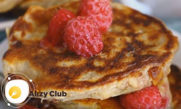 Подавать блюдо можно также с ягодами.