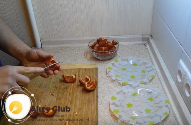 Нарезаем кусочками помидоры и болгарский перец.