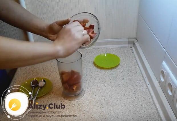 Все нарезанные овощи отправляем в чашу блендера.