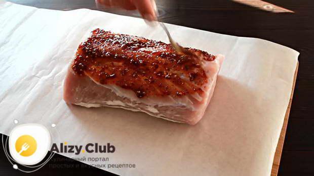 Когда мясо замаринуется, вынимаем его из рассола на пергамент