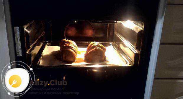 Разогреваем духовку до 210 градусов и отправляем мясо запекаться на 20 минут