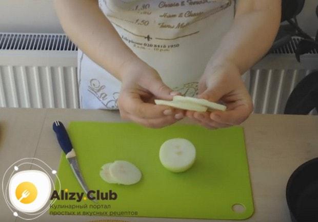 Говяжья печенка, жареная с луком, будет и вкуснее, и красивее, если лук порезать кольцами.