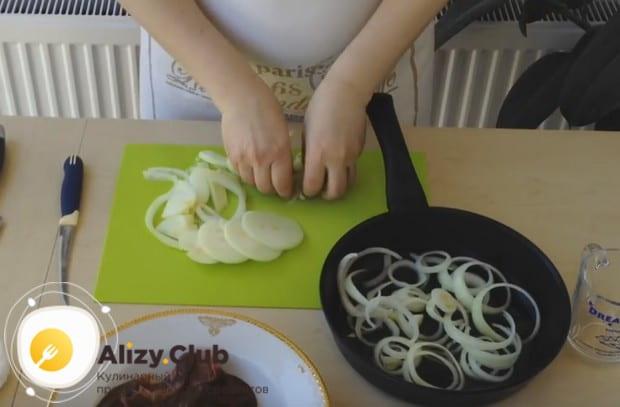 Лук выкладываем на сковороду с растительным маслом и отправляем ее на плиту.