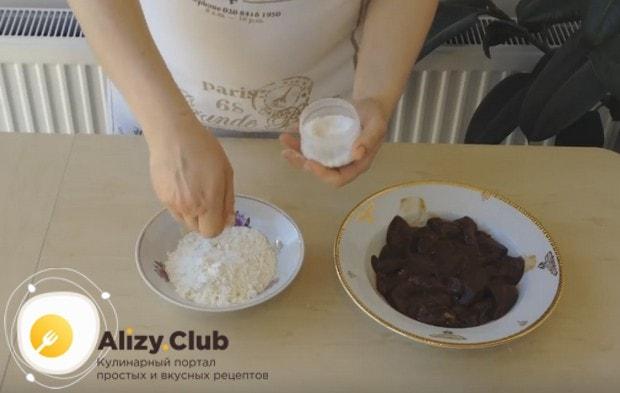 Жареная кусками говяжья печень в рецептах чаще всего панируется в муке.