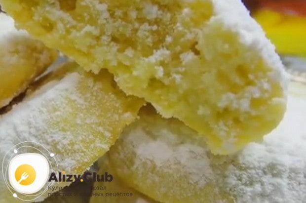 Готовое печенье обычно посыпают сахарной пудрой.