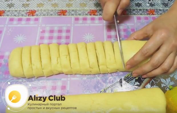 Каждый кусок теста скатываем в толстенькую колбаску и нарезаем ее на отдельные печенья.