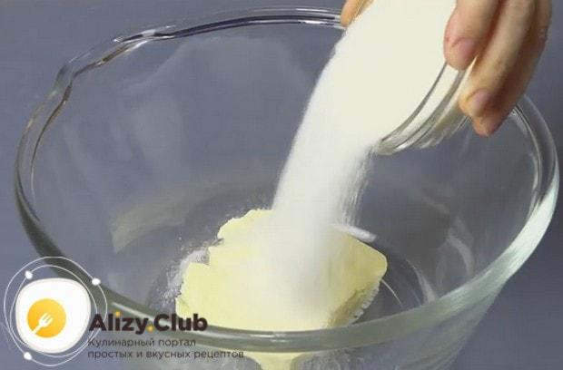 К размягченному при комнатной температуре сливочному маслу добавляем сахар.