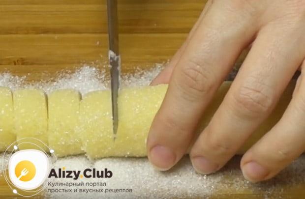 Нарезаем колбаску на кружочки, который и будут нашим печеньем.