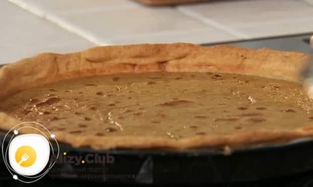 Для приготовления пирога с печенью включите духовку