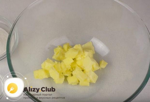 Выкладываем в миску размягченное сливочное масло.