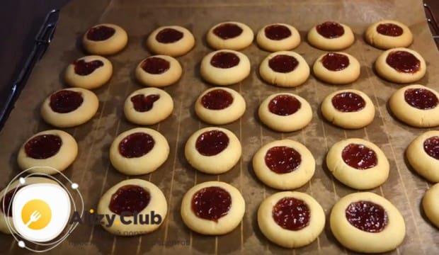 Выпекаем печенье в разогретой духовке и перекладываем на решетку остыть.