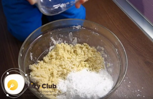 Добавляем в массу сахарную пудру.