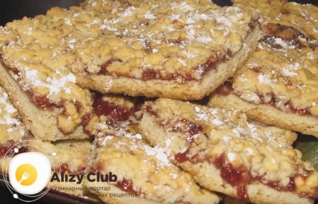 Готовое печенье нарезаем на квадратики и посыпаем сахарной пудрой.
