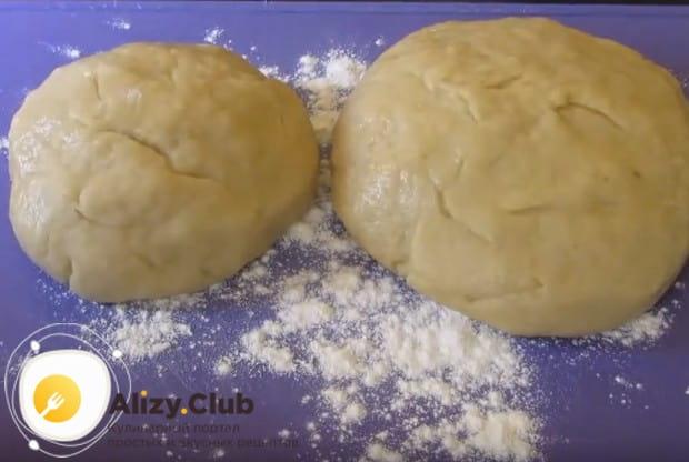 Готовое тесто разделяем на большую и меньшую части.