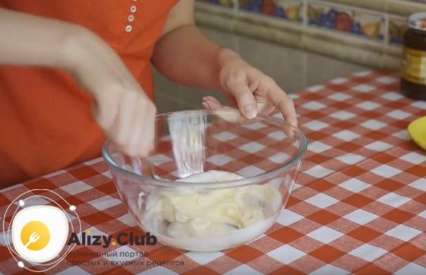 Добавляем в массу соль, соду и хорошо перемешиваем.