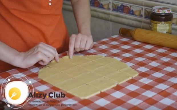 Тесто тонко раскатываем и нарезаем на квадратики.