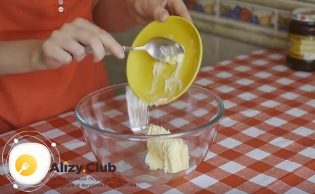 В миску кладем размягченное сливочное масло.