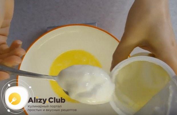 Растапливаем сливочное масло и добавляем к нему сметану.