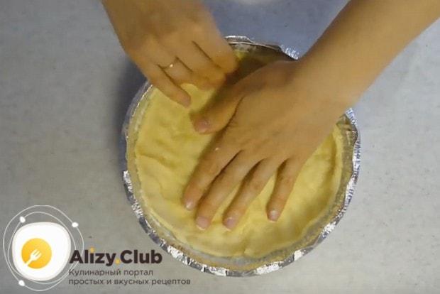 Из теста формируем основу и бортики пирога в форме.