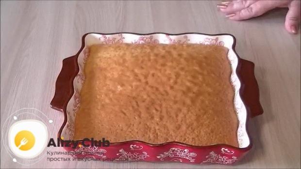Для приготовления сметанного пирога разогрейте духовку