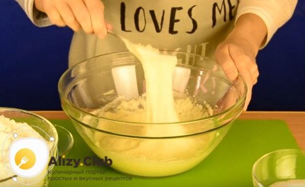 В смесь молока и дрожжей всыпаем муку и перемешиваем массу, доводя ее до густой консистенции.