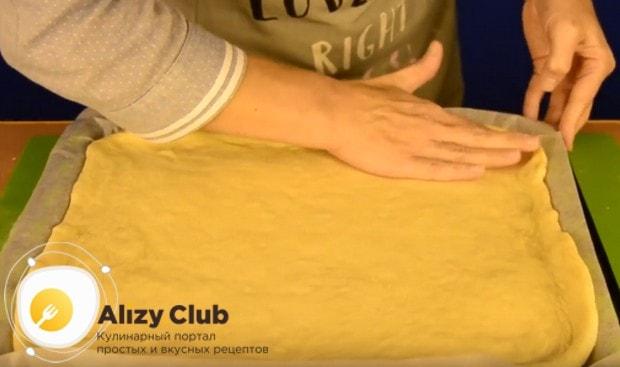 Укладываем основу для пирога на застеленный пергаментом противень и делаем небольшие бортики.