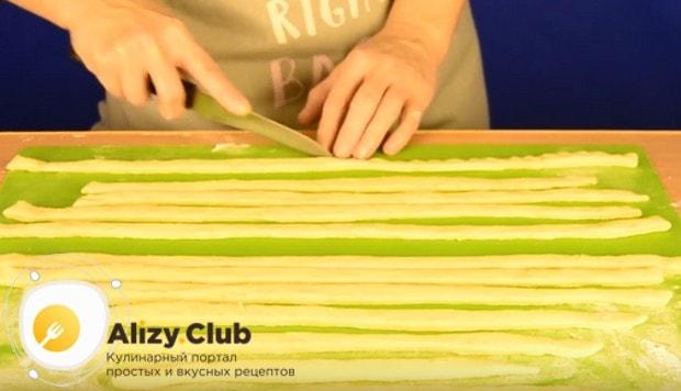 Тонко раскатываем оставшееся тесто и нарезаем его на тонкие полоски.