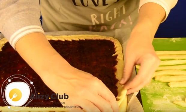 Сделав на одной полоске косые надрезы с одной стороны,закрепляем ее по периметру пирога.