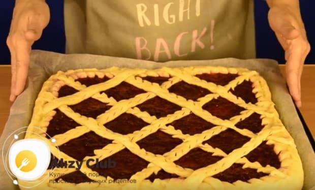 Вот так можно украсить пирог с брусникой из дрожжевого теста.