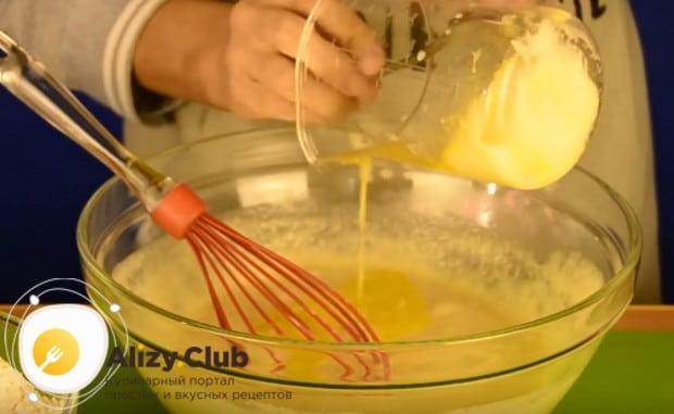 Вводим в тесто растопленный маргарин.