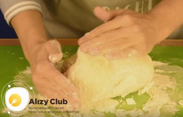 Заем замешиваем тесто руками.