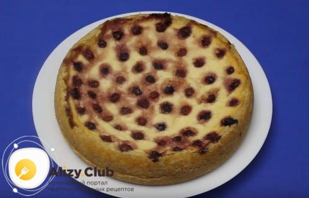 остывший пирог легко вынимается из чаши.